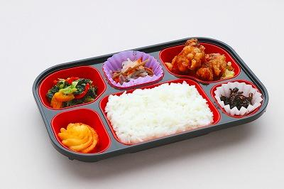 4種類以上のおかずと、ごはんのセットです。ごはんは、東都生協の産直米(長野コシヒカリ金芽米)を使用しています。※赤飯の場合は、国産もち米50%使用